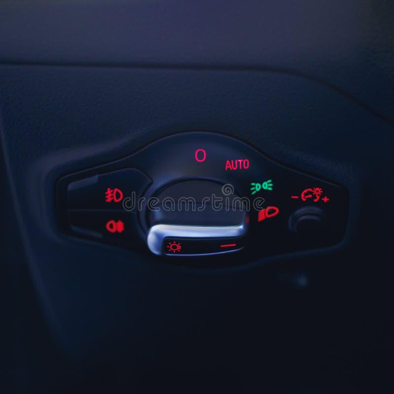 与灯开关的汽车内部 在汽车的轻的瘤 多功能车灯控制台控制开关瘤 库存照片