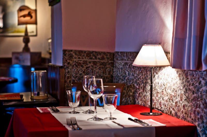 与灯的浪漫餐馆桌有柔光的 图库摄影