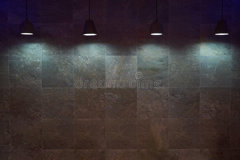 与灯的空的棕色瓦片墙壁背景 免版税库存照片