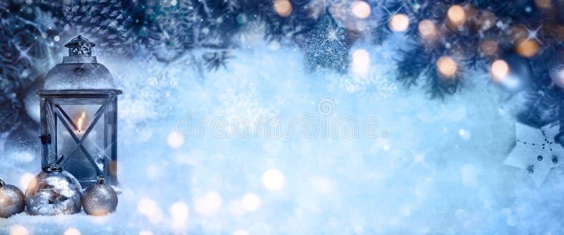 与灯笼和bokeh的圣诞节背景 免版税库存图片