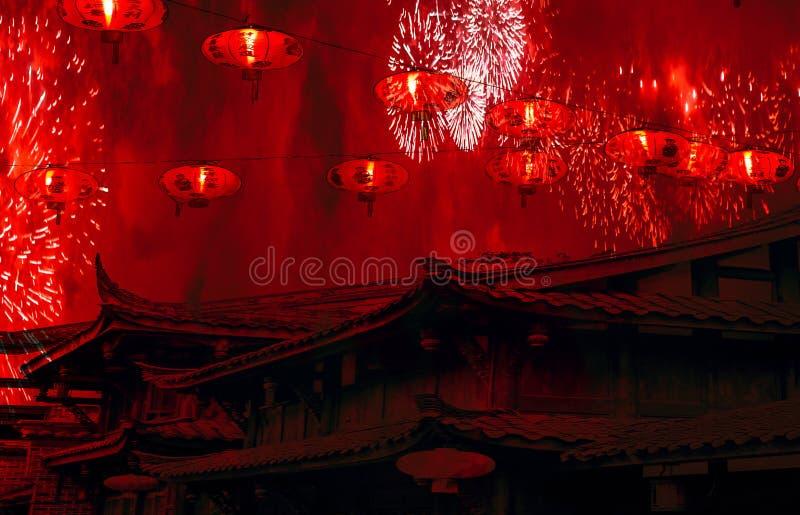 与灯笼的春节庆祝中国屋顶在天空和烟花有红色烟惊人的背景 免版税图库摄影