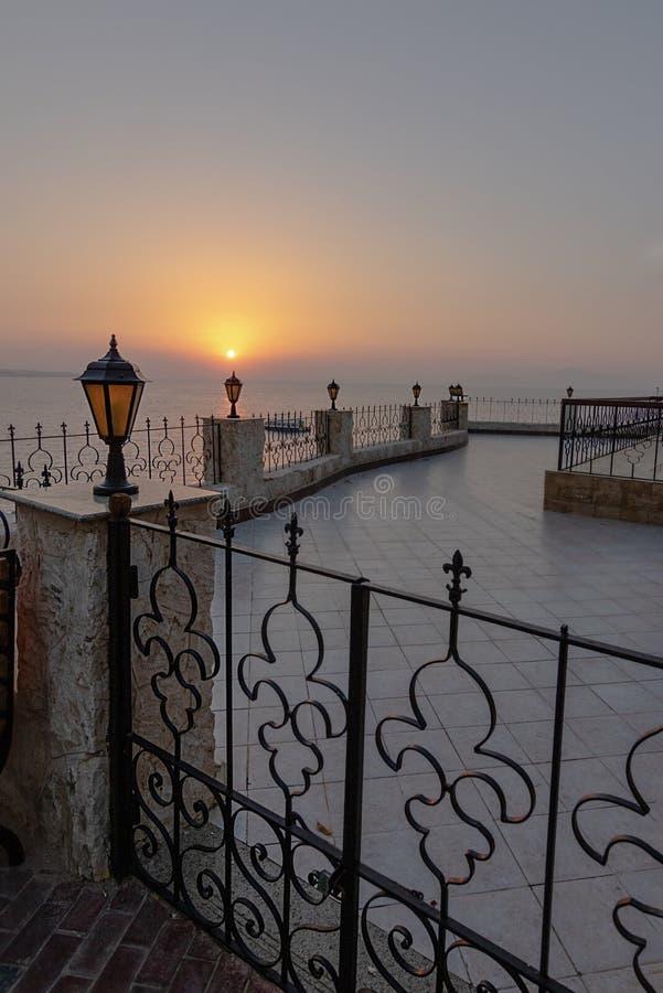 与灯笼的浪漫看法在与栏杆和一个透雕细工,葡萄酒篱芭海的背景和Th的栏杆 库存照片