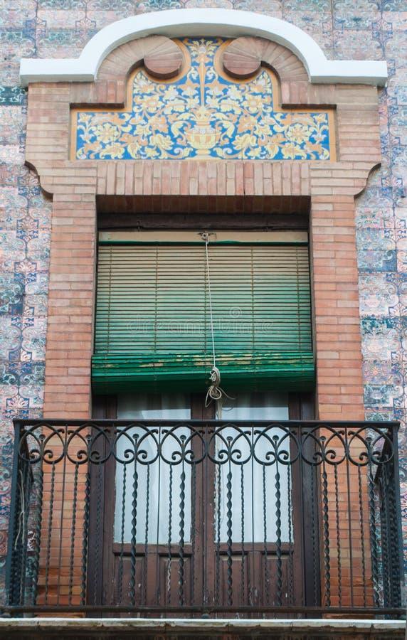 与灰泥装饰的砖装饰品传统窗口和阳台西班牙样式 免版税图库摄影