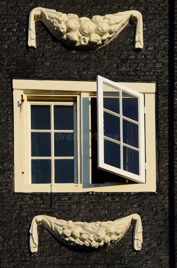 与灰泥门面的美丽的特写镜头窗口在阿姆斯特丹 库存图片