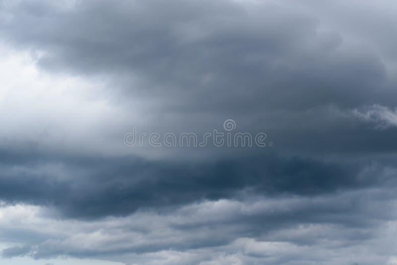 与灰色云彩的天空在雨前 库存图片