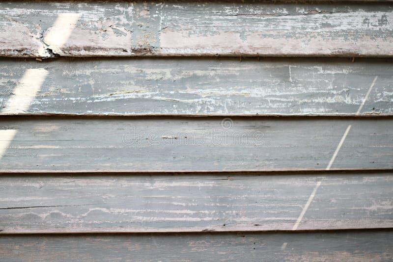 与灰色可看见的树荫的土气被风化的谷仓木头  免版税图库摄影