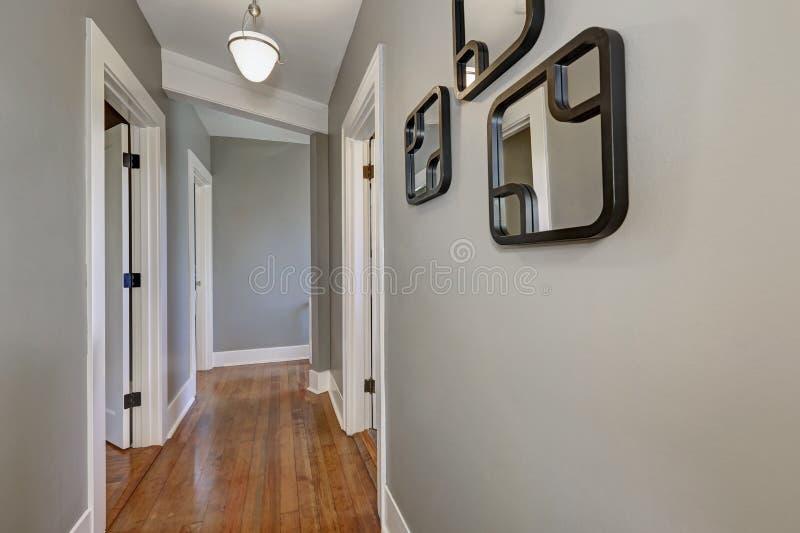 与灰色墙壁和硬木地板的空的走廊内部图片