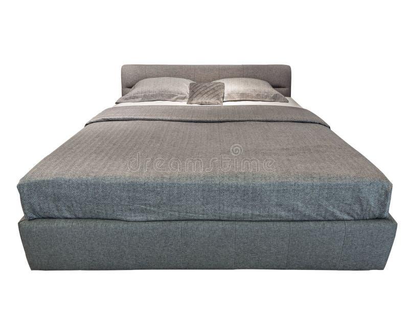 与灰色开士米卧具的经典现代床 有被仿造的床单的豪华灰色现代床家具有浅的 免版税库存图片