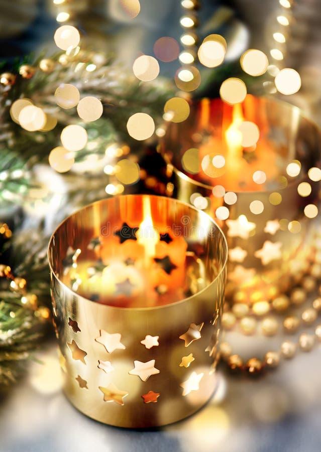 与灼烧的蜡烛、灯笼和金黄l的圣诞节装饰 图库摄影