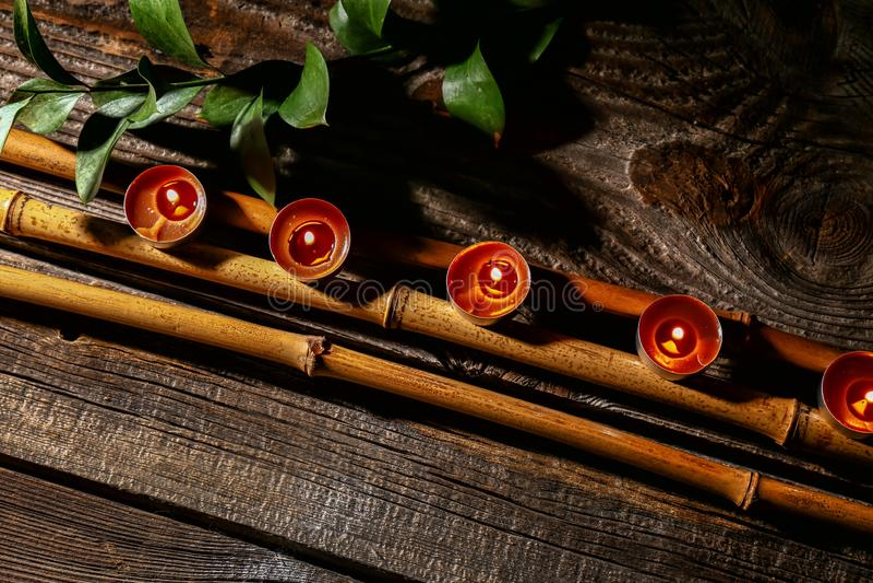 与灼烧的蜡烛的美好的构成在木桌上 免版税图库摄影
