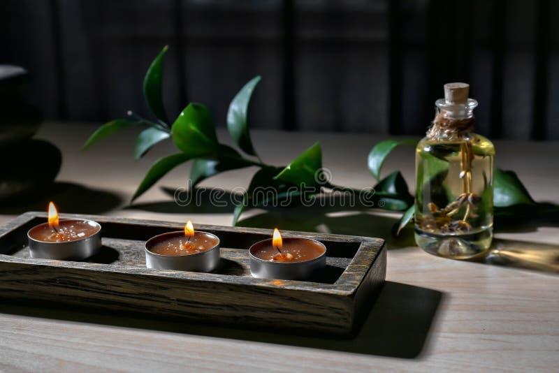 与灼烧的蜡烛的美好的构成在木桌上 库存照片
