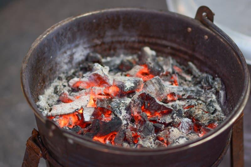 与炭渣的经典火炉 免版税库存图片