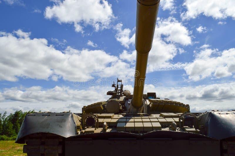 与炮塔和鹅的一辆大绿色军事金属装甲的致命的危险铁俄国叙利亚坦克 免版税库存照片