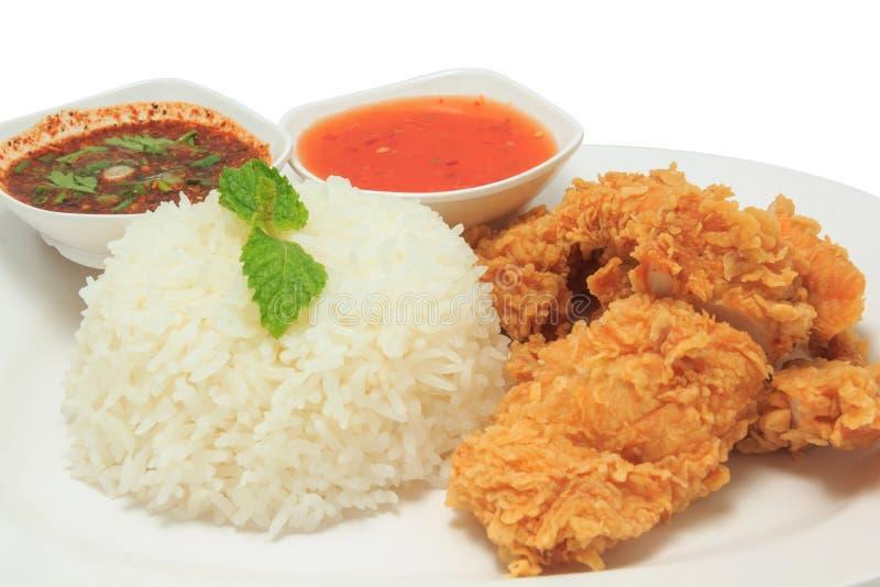 与炸鸡和泰国样式调味汁和辣味番茄酱的米 免版税库存图片