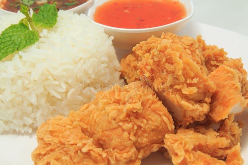 与炸鸡和泰国样式调味汁和辣味番茄酱的米 免版税库存照片