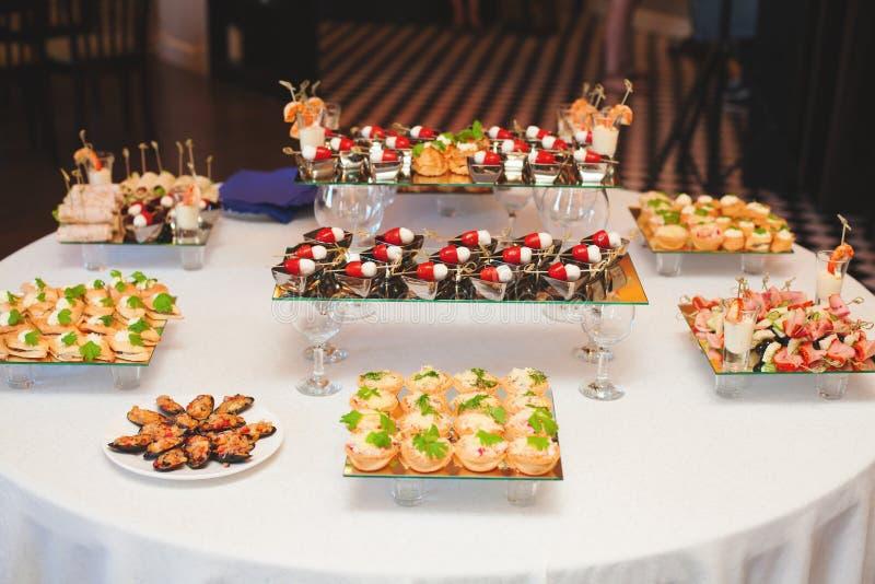 与点心快餐的分类的表 宴会服务 免版税库存照片