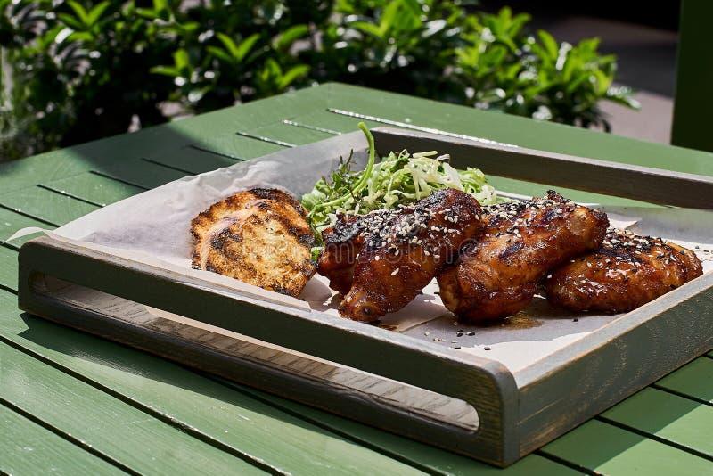 与炽热垂度的稠粘的鸡,在芝麻和圆白菜沙拉素食主义者 街道食物 免版税库存图片