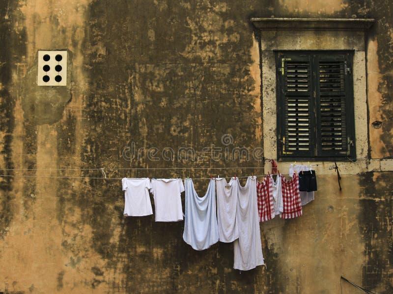 与烘干衣裳的老城市大气 免版税库存照片
