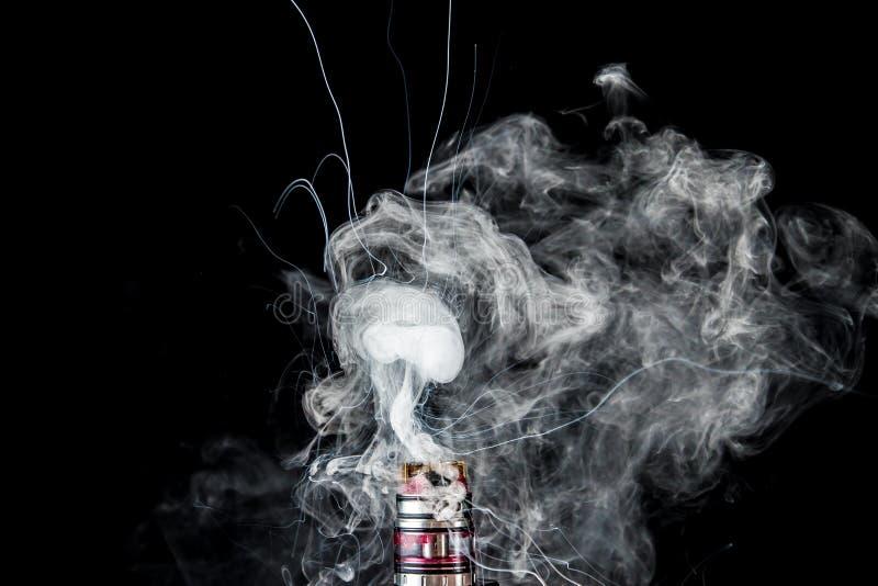 与烟云的蒸发器坦克 库存照片