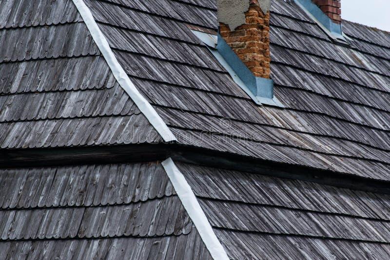 与烟囱的传统木木瓦屋顶 免版税库存图片
