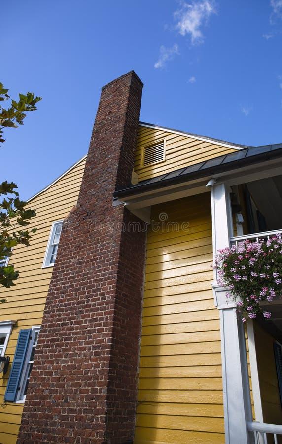 与烟囱的黄色大厦反对一天空蔚蓝在华盛顿弗吉尼亚 免版税库存图片
