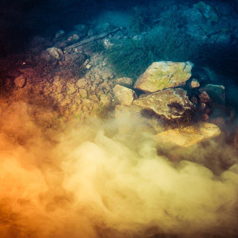 与烟的抽象水下的场面 库存照片