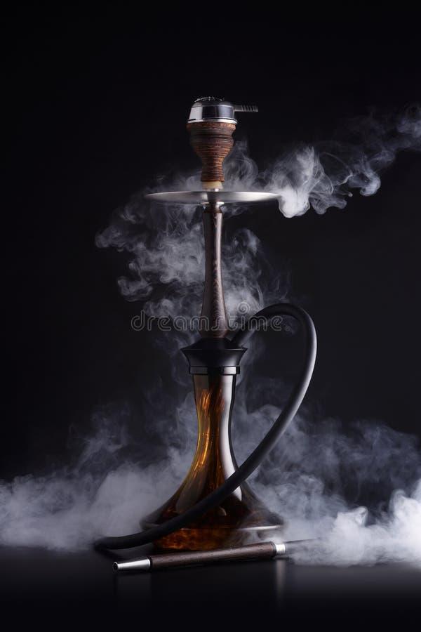 与烟的时髦水烟筒 免版税库存照片