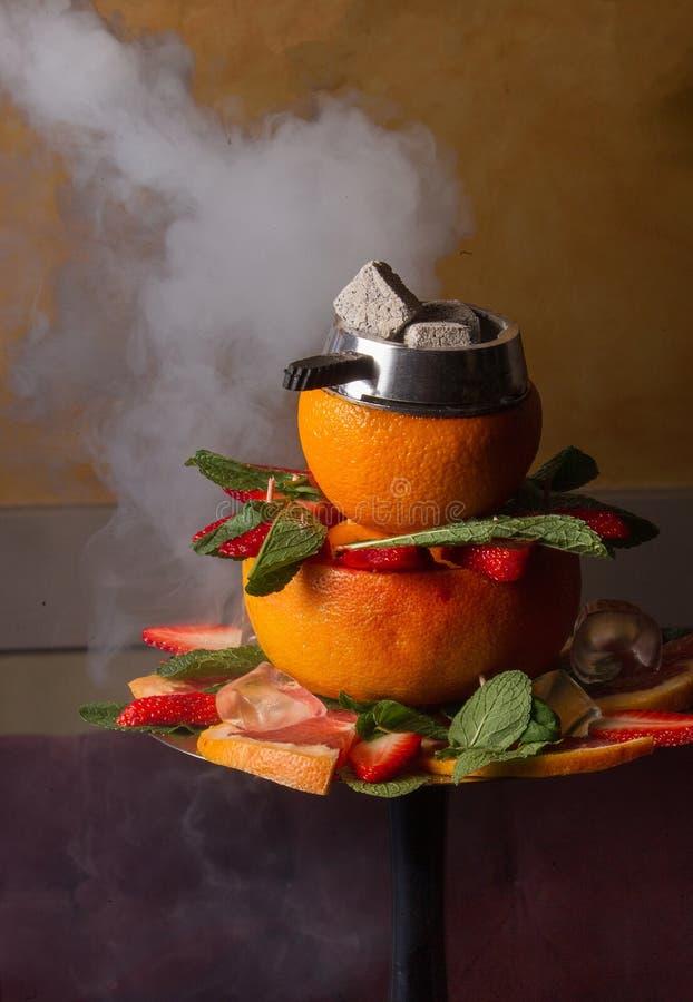 与烟的果子水烟筒 免版税库存照片