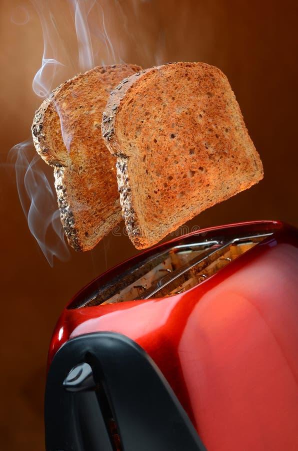 与烟的麦子多士突然出现从多士炉 库存图片