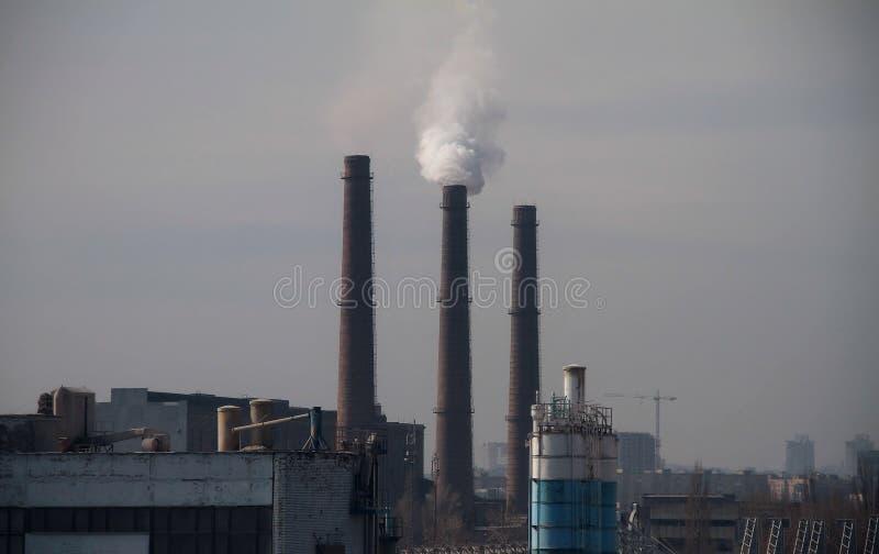 与烟窗和工业工厂的都市风景 免版税库存图片