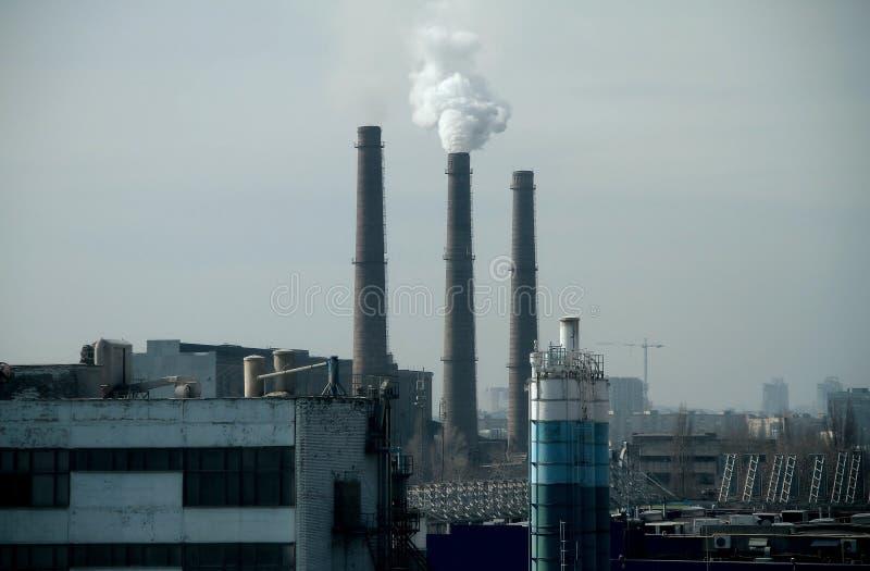 与烟窗和工业工厂的都市风景 免版税库存照片