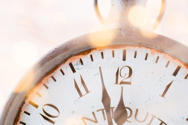 与烟花和时钟的抽象背景接近午夜 圣诞节和新年好前夕背景 免版税图库摄影