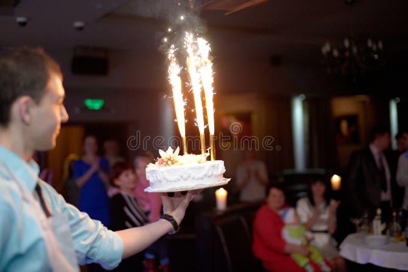 介绍与烟花的侍者生日蛋糕在球 免版税库存照片