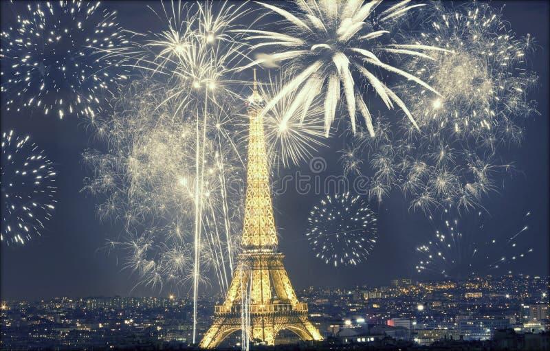 与烟花的埃佛尔铁塔,新年在巴黎 免版税图库摄影