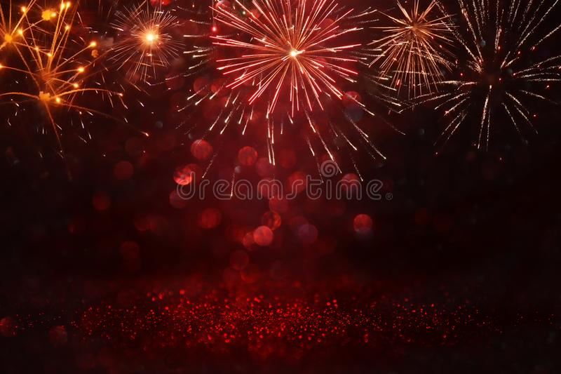 与烟花的抽象金,黑和红色闪烁背景 圣诞前夕,第4 7月假日概念 库存照片