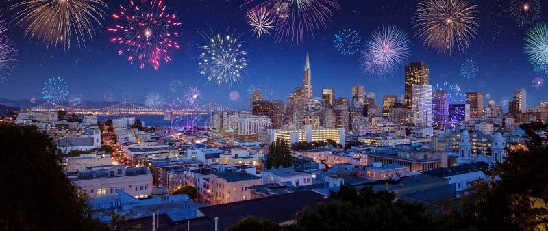与烟花的街市旧金山市scape在新年 库存图片