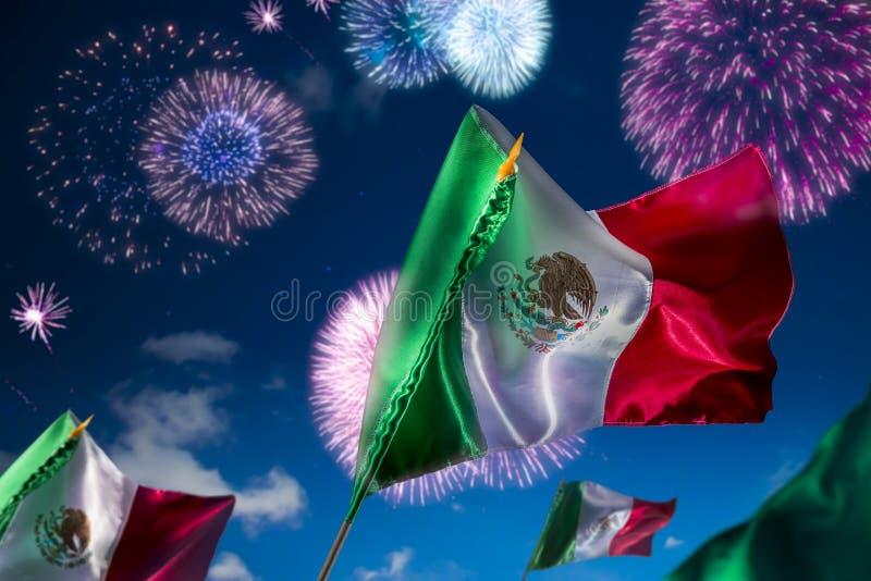 与烟花,独立日, cinco de马约角铈的墨西哥国旗 免版税库存照片