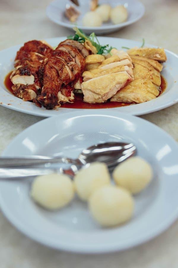 与烤和煮沸的鸡的米饭团在Melaka市的, Melaka,马来西亚餐馆 免版税库存图片