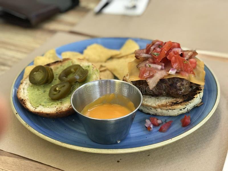 与烤干酪辣味玉米片的特别hamburguer 免版税库存图片