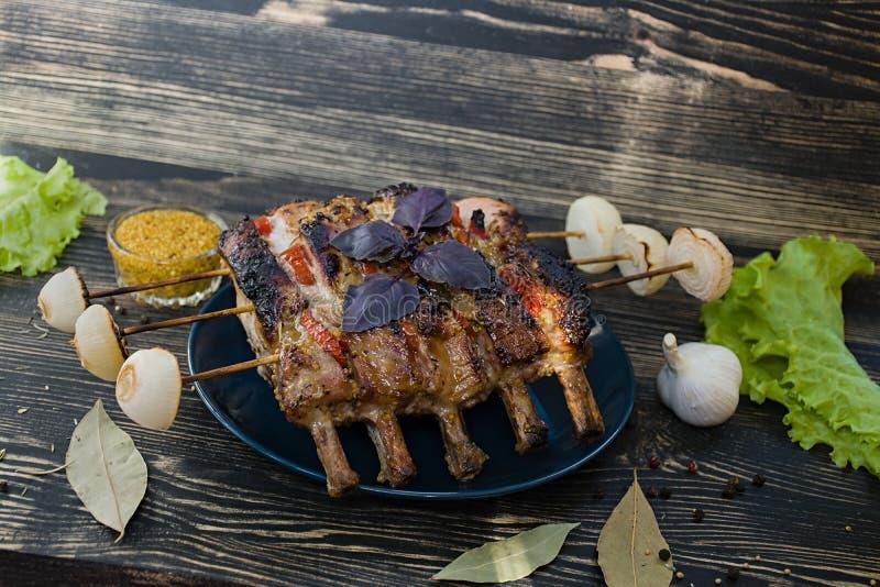 与烤箱新鲜蔬菜的排骨牛里脊肉 免版税库存照片