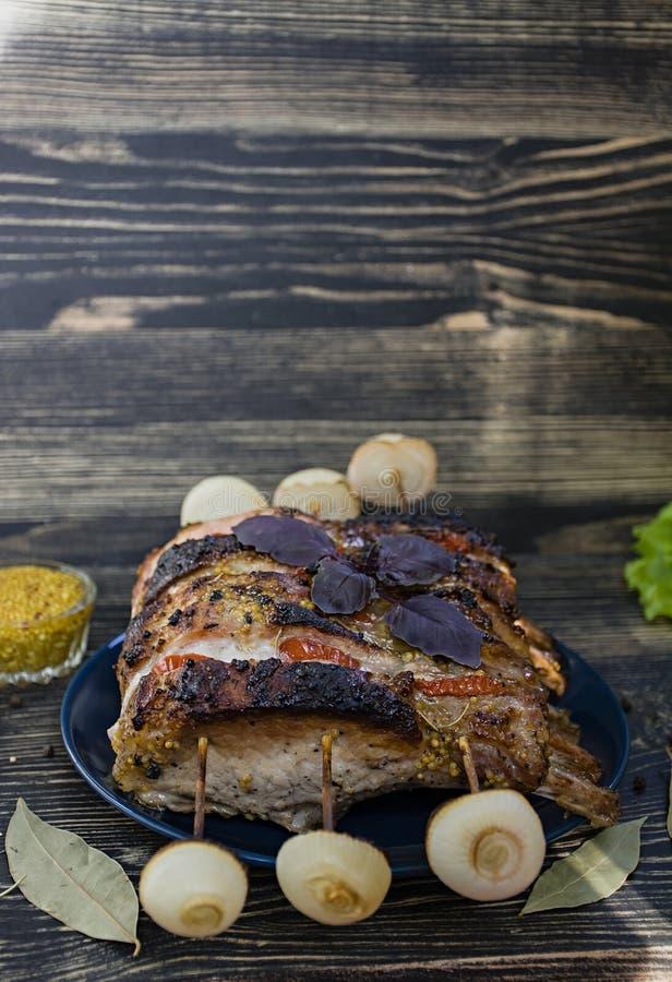与烤箱新鲜蔬菜的排骨牛里脊肉 库存照片