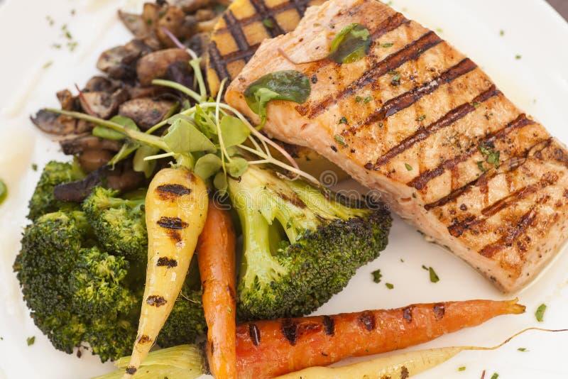 与烤菜的烤太平洋海岸三文鱼 库存图片
