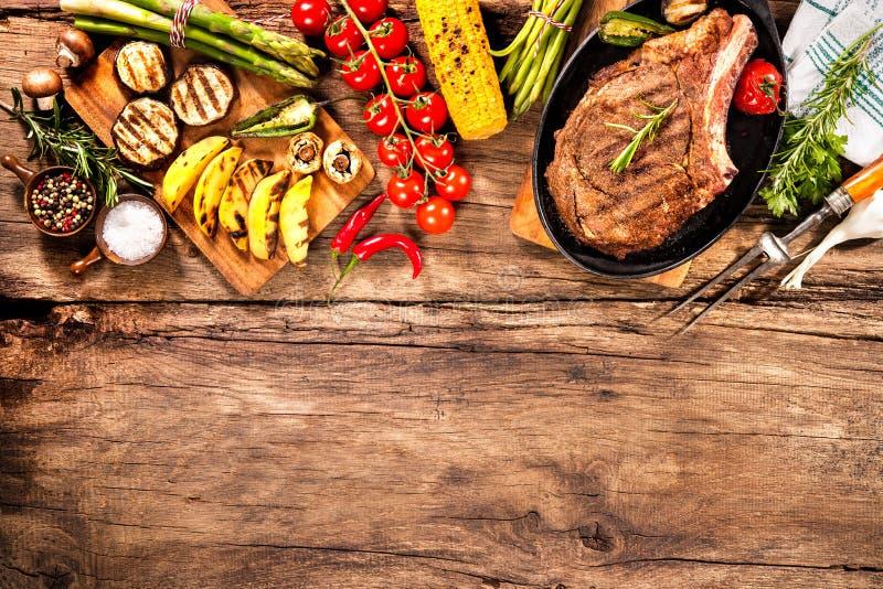 与烤菜的牛排 免版税图库摄影