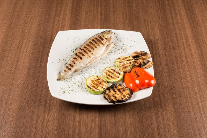 与烤菜的鳟鱼 免版税图库摄影