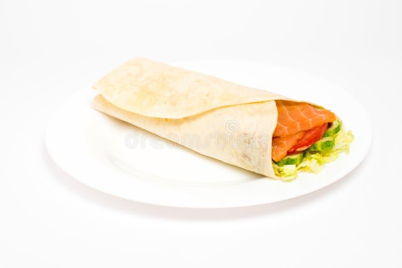 与烤鸡和菜的面卷饼在白色背景 库存照片