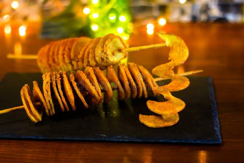 与热和辣口味的龙卷风土豆 库存图片