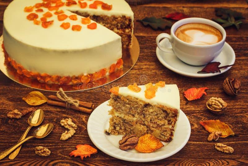 与热奶咖啡的胡萝卜糕在木背景 图库摄影