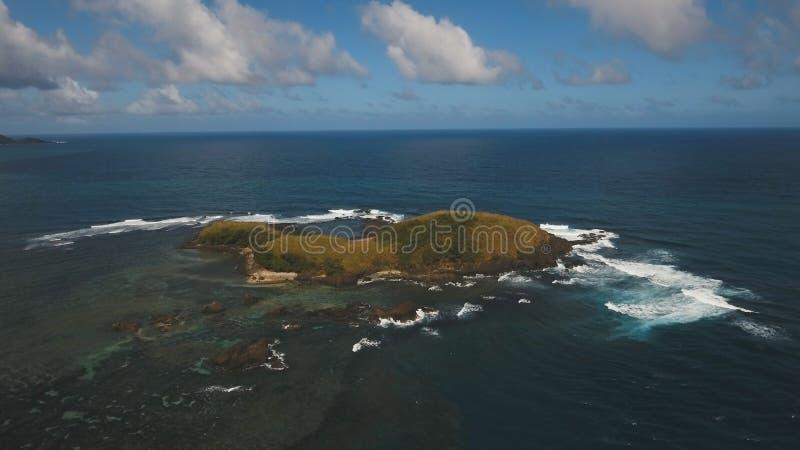 与热带海岛、海滩、岩石和波浪的鸟瞰图海景 卡坦端内斯省,菲律宾 库存照片