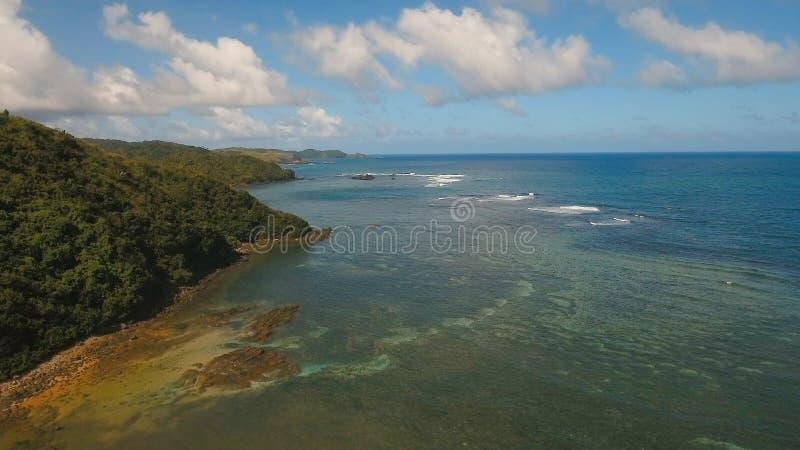 与热带海岛、海滩、岩石和波浪的鸟瞰图海景 卡坦端内斯省,菲律宾 免版税库存照片