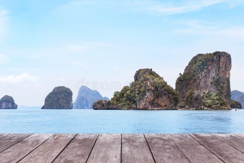 与热带蓝色海和蓝天的老木阳台大阳台地板 库存照片